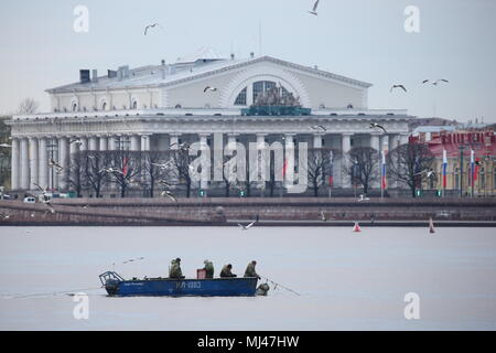 St Petersburg, Russia. 04th May, 2018. ST PETERSBURG, RUSSIA - MAY 4, 2018: RKL fish company [former V.I. Lenin Fishing Collective Farm] employees catching smelt in the Neva River. Pictured in the background is the Old Saint Petersburg Stock Exchange. Peter Kovalev/TASS Credit: ITAR-TASS News Agency/Alamy Live News - Stock Photo