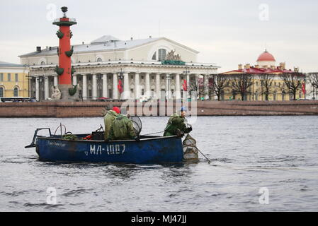 St Petersburg, Russia. 04th May, 2018. ST PETERSBURG, RUSSIA - MAY 4, 2018: RKL fish company [former V.I. Lenin Fishing Collective Farm] employees catching smelt in the Neva River. Pictured in the background is the Old Saint Petersburg Stock Exchange and a rostral column. Peter Kovalev/TASS Credit: ITAR-TASS News Agency/Alamy Live News - Stock Photo