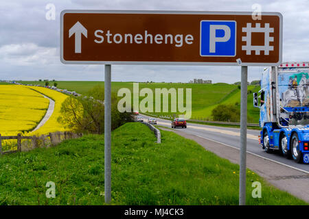 Amesbury, UK. 4th May 2018 Amesbury Wilts. Heavy taffic on A303 passing stonehenge the notorious stretch on road going west with people heading to the West Country for the Bank Holiday Weekend with lovely sunshine forecast. Credit Paul Chambers Alamy Live News - Stock Photo