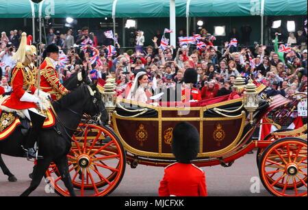 UK - Royal Wedding of Prince William and Kate (Catherine) Middleton - Procession along the Mall to Buckingham Palace 29th April 2011 London UK - Stock Photo