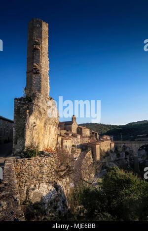 La Candela, turm ruins of the old castle, medieval village built on a rock, the last refuge of the Katharer, Les Plus beaux villages de France (The nicest villages of France) - Stock Photo
