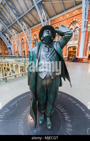 England, London, St Pancras International Station, Sir John Betjeman Statue - Stock Photo