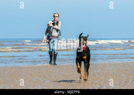 Sunny May Bank Holiday Weekend, Southport, Merseyside. 5th May 2018. UK Weather.  A beautiful warm and sunny day to start the bank holiday weekend as people head out for some fun in the sun on the golden sands of Southport beach in Merseyside. Credit: Cernan Elias/Alamy Live News - Stock Photo