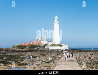 Whitley Bay, North Tyneside, UK. 05th May 2018. Families head for the coast on a scorching bank holiday weekend. Joseph Gaul/Alamy Live News - Stock Photo