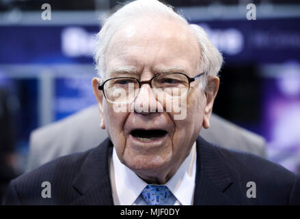 Omaha, USA. 5th May, 2018. U.S. billionaire investor Warren Buffett, chairman and CEO of Berkshire Hathaway, visits an exhibition on his invested companies before the Berkshire Hathaway's annual shareholders meeting in Omaha, Nebraska, the United States, on May 5, 2018. Berkshire Hathaway held its 2018 shareholders meeting on Saturday, attended by tens of thousands of people from all over the world. Credit: Wang Ying/Xinhua/Alamy Live News - Stock Photo