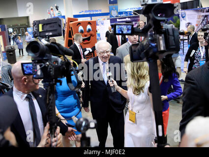 Omaha, USA. 5th May, 2018. U.S. billionaire investor Warren Buffett (C), chairman and CEO of Berkshire Hathaway, is interviewed before the Berkshire Hathaway's annual shareholders meeting in Omaha, Nebraska, the United States, on May 5, 2018. Berkshire Hathaway held its 2018 shareholders meeting on Saturday, attended by tens of thousands of people from all over the world. Credit: Wang Ying/Xinhua/Alamy Live News - Stock Photo