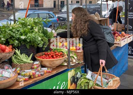 A customer shopping at the Farmer's Market on Castle Terrace in Edinburgh. - Stock Photo