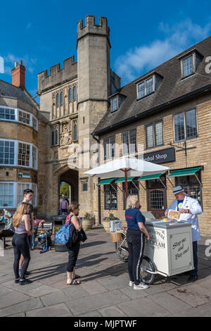 Wells, Somerset, UK, 5 May 2018. UK Weather - People queue to buy a traditional ice cream outside the grounds of Wells Cathedral on a hot May Bank Holiday weekend in Somerset. Credit: Terry Mathews/Alamy Live News Credit: Terry Mathews/Alamy Live News - Stock Photo
