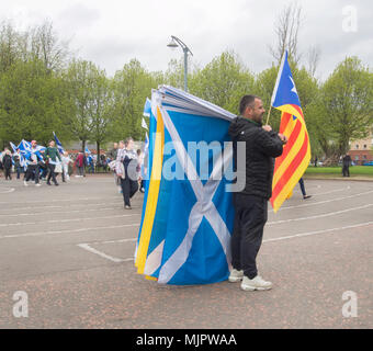 Glasgow, Scotland. 5th May 2018. A seller sells different flags for the protesters who are marching into Glasgow Green. - Stock Photo