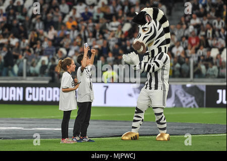 Turin, Italy, 5 May 2018. Mascotte and children Juventus FC during the Serie A football match between Juventus FC and Bologna FC at Allianz Stadium on 5th May, 2018 in Turin, Italy. Credit: FABIO PETROSINO/Alamy Live News - Stock Photo
