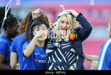 London, UK, May 5th 2018, Wembley Stadium, London, England; Ji So Yun of Chelsea and Emma Hayes, manager of Chelsea celebrate after winning The SSE Womens FA Cup for the 2nd time. © David Partridge / Alamy Live News - Stock Photo