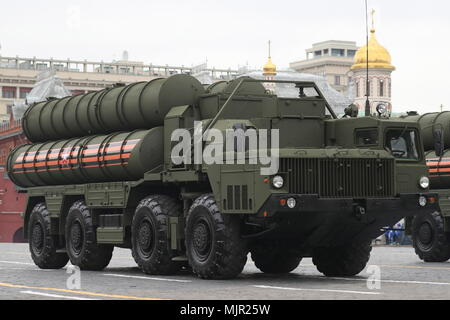 Moscow, Russia. 06th May, 2018. An S-400 Triumf surface-to-air missile system seen in Moscow's Red Square during a dress rehearsal of the upcoming 9 May military parade marking the 73rd anniversary of the victory in the Great Patriotic War, the Eastern Front of World War II. Sergei Savostyanov/TASS Credit: ITAR-TASS News Agency/Alamy Live News - Stock Photo
