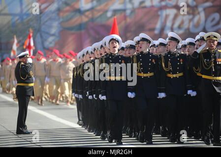 St Petersburg, Russia. 06th Sep, 2018. Servicemen march in formation in St Petersburg's Palace Square during a dress rehearsal of the upcoming 9 May military parade marking the 73rd anniversary of the victory in the Great Patriotic War, the Eastern Front of World War II. Peter Kovalev/TASS Credit: ITAR-TASS News Agency/Alamy Live News - Stock Photo