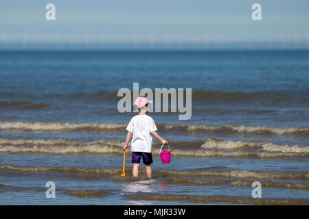 Blackpool, UK, 6 May 2018. Holidaymakers on Blackpool Seafront. 6th May 2018.  UK Weather.  Thousands of tourists and holidaymakers descend onto the beach on Blackpool seafront to soak up the beautiful sunshine and high temperatures.  Credit: Cernan Elias/Alamy Live News - Stock Photo