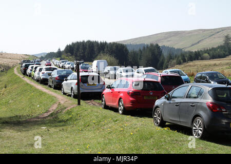 Brecon Beacons, South Wales, UK.  6 May 2018.  UK weather: With another hot and sunny start to the day, hundreds of people flock to the Brecon Beacons this morning to enjoy the walk to Pen-Y-Fan.  Credit: Andrew Bartlett/Alamy Live News - Stock Photo
