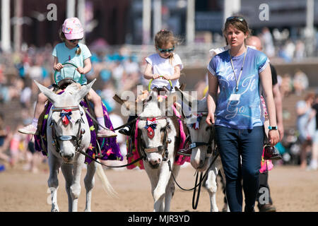 Blackpool, UK, 6 May 2018. Holidaymakers on Blackpool Seafront. 6th May 2018.  UK Weather.  Thousands of tourists and holidaymakers descend onto Blackpool seafront to soak up the beautiful sunshine and high temperatures.  Credit: Cernan Elias/Alamy Live News - Stock Photo