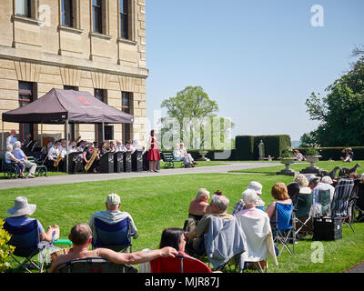 Doncaster, United Kingdom.  06 May, 2018.  Visitors to Brodsworth Hall enjoy the bank holiday heatwave while listening to big band music.  Credit: Andy Ellis/Alamy Live News - Stock Photo