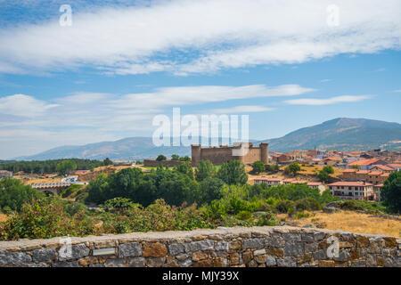 Castle and Sierra de Gredos. El Barco de Avila, Avila province, Castilla Leon, Spain. - Stock Photo
