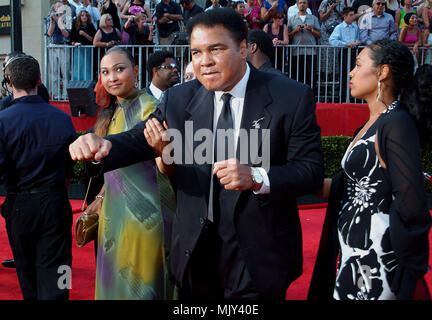 Muhammed Ali with daughters arriving at the 10th Annual ESPY Awards at the Kodak Theatre in Los Angeles. July 10, 2002.           -            AliMuhammed daughters05.JPG           -              AliMuhammed daughters05.JPGAliMuhammed daughters05  Event in Hollywood Life - California,  Red Carpet Event, Vertical, USA, Film Industry, Celebrities,  Photography, Bestof, Arts Culture and Entertainment, Topix Celebrities fashion /  from the Red Carpet-, Vertical, Best of, Hollywood Life, Event in Hollywood Life - California,  Red Carpet , USA, Film Industry, Celebrities,  movie celebrities, TV cele - Stock Photo