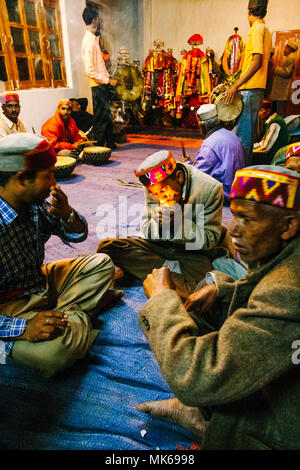 Nagar, Himachal Pradesh, India : After the day activities during the Naggar Mela festival musicians gather at the Tripura Sundari temple to keep playi - Stock Photo