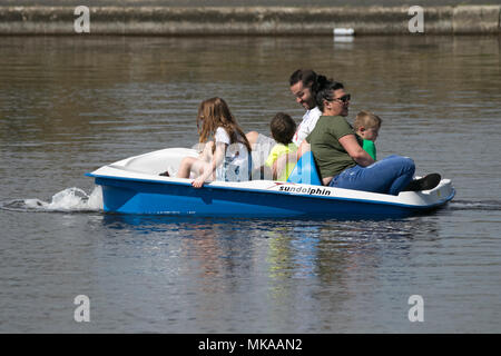 Lytham, St. Annes, Lancashire. 7th May 2018. Families hit the seaside, UK Weather.  Families hit the beach for a great day out and some fun in the sun on the golden sands of the traditional seaside resort of Lytham St. Annes on the Lancashire coastline.  Credit: Cernan Elias/Alamy Live News - Stock Photo