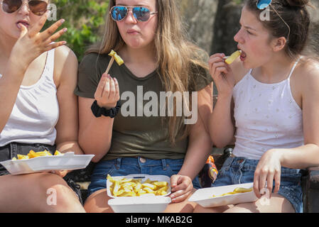 Lytham Saint Annes, Lancashire.  UK Weather.  07/05/2018. Holidaymakers flock to the pristine beaches of the north west coast on what is expected to be the hottest day of the year.  Credit:MediaWorldImages/AlamyLiveNews - Stock Photo