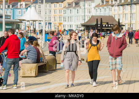 Aberystwyth  Wales UK, Monday 07 May 2018  UK Weather: After hours of chilly grey sea mists, the sun finally shone through on people at the seaside in Aberystwyth, , on what is expected to be the hottest early May Bank Holiday Monday on record, with temperatures reaching 28ºc in parts of the south east of England   photo © Keith Morris / Alamy Live News - Stock Photo