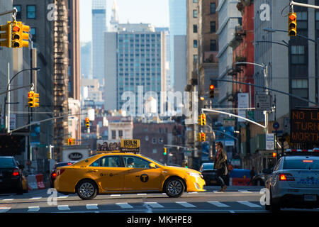 NEY YORK - USA - 28 OCTOBER 2017. A yellow taxi is crossing an intersection between the 42 street during the sunset in Manhattan. - Stock Photo