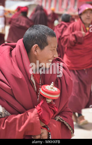 Tibetan monk with prayer wheel, Yarchen Gar, Sichuan, China - Stock Photo