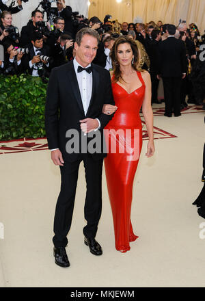 New York, NY, USA. 7th May, 2018. 07 May 2018 - New York, New York - Randy Gerber, Cindy Crawford. 2018 Metropolitan Museum of Art Costume Institute Gala: ''Heavenly Bodies: Fashion and the Catholic Imagination. Photo Credit: Christopher Smith/AdMedia Credit: Christopher Smith/AdMedia/ZUMA Wire/Alamy Live News - Stock Photo