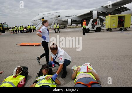 Tel Aviv, Israel. 8th May, 2018. People take part in the 'Pelican' emergency drill at Ben Gurion International Airport near Tel Aviv, Israel, on May 8, 2018. Ben Gurion International Airport carried out on Tuesday a large scale emergency drill simulating an emergency landing by a Boeing 747-400 jumbo jet carrying hundreds of passengers. Around 1,000 representatives of the airport, the defense and health ministries, the air force, police, emergency services and the IDF Home Front Command took part in the drill. Credit: Gil Cohen Magen/Xinhua/Alamy Live News - Stock Photo