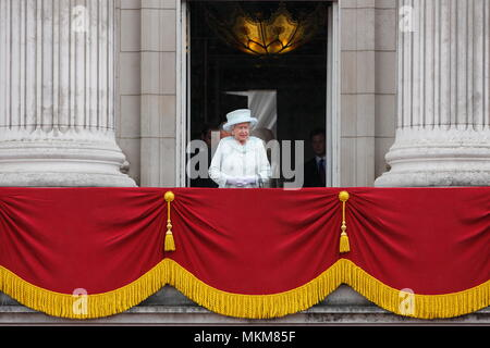 Queen Elizabeth II stands alone on the balcony of Buckingham Palace to commemorate the 60th anniversary of the accession of the Queen, London. 5 June 2012 --- Image by © Paul Cunningham - Stock Photo