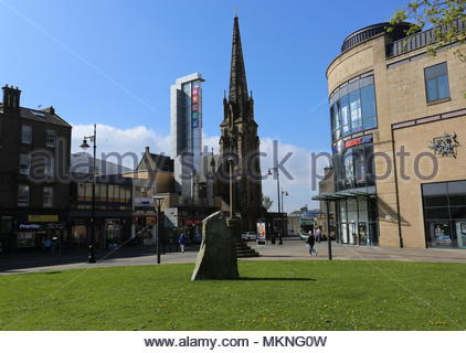 Mercat Cross with Mecca Bingo and Meadowside St Pauls Church Dundee Scotland  May 2018 - Stock Photo