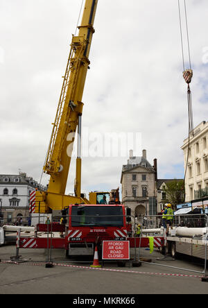 Mobile Crane Elevated Telescopic Boom And Hydraulic Ram In