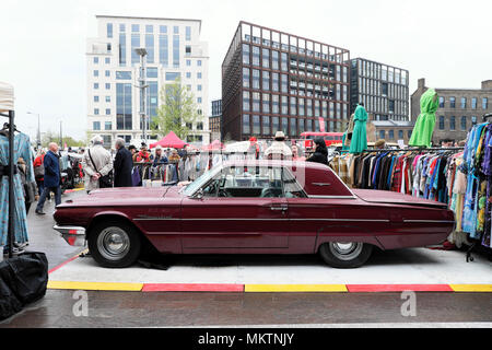 Vintage car boot sale and maroon Ford Thunderbird car at Granary Square street market in  Kings Cross London UK  KATHY DEWITT - Stock Photo