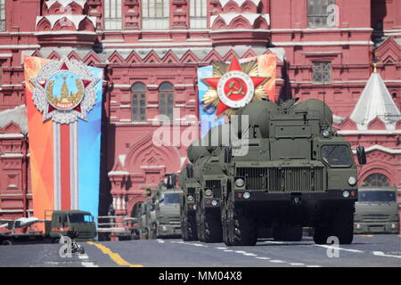 Moscow, Russia. 09th May, 2018. MOSCOW, RUSSIA - MAY 9, 2018: S-400 Triumf surface-to-air missile launchers roll down Moscow's Red Square during a Victory Day military parade marking the 73rd anniversary of the victory over Nazi Germany in the 1941-1945 Great Patriotic War, the Eastern Front of World War II. Sergei Bobylev/TASS Credit: ITAR-TASS News Agency/Alamy Live News - Stock Photo