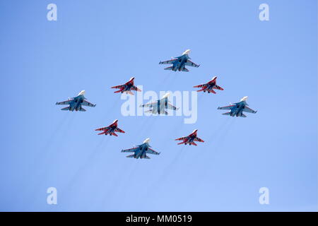Moscow, Russia. 09th May, 2018. MOSCOW, RUSSIA - MAY 9, 2018: Sukhoi Su-30SM multirole fighter aircraft of the Russkiye Vityazi [Russian Knights] aerobatic team and Mikoyan MiG 29 multirole fighter aircraft of the Strizhi [Swifts] aerobatic team fly over Moscow's Red Square marking the 73rd anniversary of the victory over Nazi Germany in the 1941-1945 Great Patriotic War, the Eastern Front of World War II. Sergei Bobylev/TASS Credit: ITAR-TASS News Agency/Alamy Live News - Stock Photo