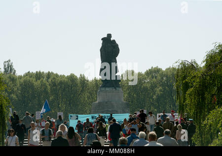 09 May 2018, Germany, Berlin: Several people visit the Soviet war memorial in Treptower Park on the occasion of the 'Day of Victory'. The visitors included the Russian motorcycle gang 'Night Wolves'. Russia and the other former Soviet republics pay tribute to the victory over Hitler's Germany of 1945 on 09 May. Photo: Paul Zinken/dpa - Stock Photo