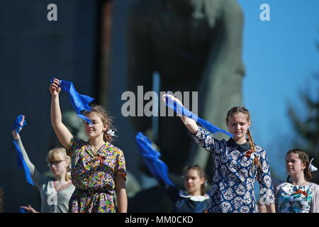 Ivanovo, Russia. 09th May, 2018. IVANOVO, RUSSIA - MAY 9, 2018: People dance during celebrations marking the 73rd anniversary of the Victory over Nazi Germany in the 1941-45 Great Patriotic War, the Eastern Front of World War II. Vladimir Smirnov/TASS Credit: ITAR-TASS News Agency/Alamy Live News - Stock Photo