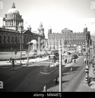 1950s, historical picture of Belfast city centre, Northern Ireland in this era. A view across Donegall Square showing Belfast City Hall, an impressive public or civic building completed in 1906 in the baroque revival style and we can see the trams still in operation. - Stock Photo