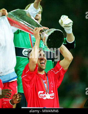 Football: Westfalenstadion Dortmund Germany 16.5.2001, UEFA Cup Season 2000/2001 Final Liverpool FC vs Deportivo Alaves 5:4 after golden goal extra time ---  Markus BABBEL (Liverpool) with the cup - Stock Photo