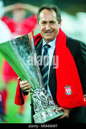 Football: Westfalenstadion Dortmund Germany 16.5.2001, UEFA Cup Season 2000/2001 Final Liverpool FC vs Deportivo Alaves 5:4 after golden goal extra time ---  Liverpool manager Gerard HOULLIER with cup - Stock Photo