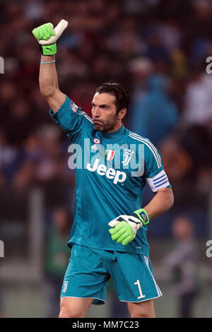 Stadio Olimpico, Rome, Italy. 9th May, 2018. Coppa Italia Football Cup final, Juventus versus AC Milan; goalkeeper Gianluigi Buffon waves to supporters Credit: Action Plus Sports/Alamy Live News - Stock Photo