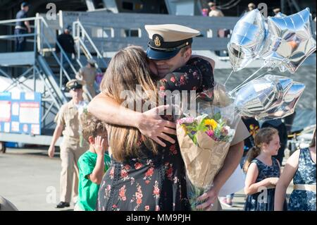 170922-N-BR087-109   BREMERTON, Wash. (Sept. 22, 2017) Chief Mass Communication Specialist Matthew R. White, from Kettering, Ohio, assigned to USS John C. Stennis (CVN 74), greets his family for the first time as a chief petty officer. This was the first time the Sailors saw their families as chiefs since getting pinned during a ceremony underway, Sept. 15. John C. Stennis is returning from a three-week underway following training for future operations, completing flight deck certification and carrier qualifications. (U.S. Navy photo by Mass Communication Specialist 3rd Class Cole C. Pielop/Re - Stock Photo