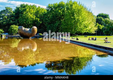 Berlin, Tiergarten. Henry Moore sculpture in pond outside the HKW {Haus der Kulturen der Welt). - Stock Photo