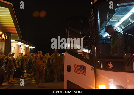 Members from Coast Guard Port Security Unit 309 disembark a bus at Mansfield Lahn Air National Guard Base in Mansfield, Ohio, Oct. 25, 2017. PSU 309 deployed to Guantanamo Bay, Cuba. (U.S. Coast Guard photo by Petty Officer 2nd Class Lauren Steenson). - Stock Photo
