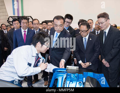 (180511) -- HOKKAIDO, May 11, 2018 (Xinhua) -- Chinese Premier Li Keqiang, accompanied by Japanese Prime Minister Shinzo Abe, visits a factory of Japanese carmaker Toyota in Japan's northern island of Hokkaido, May 11, 2018.  (Xinhua/Li Tao) (lb) - Stock Photo