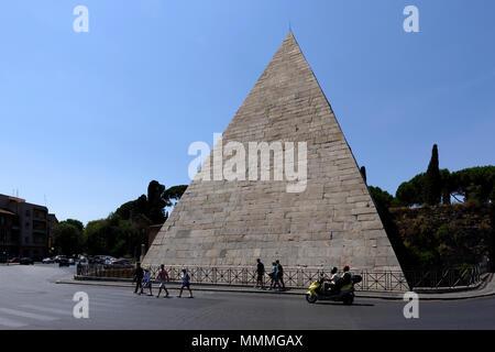 The Egyptian like landmark Pyramid of Caius Cestius in the Rome neighbourhood of Testaccio. The Pyramid (Piramide di Caio Cestio) was built by Caius C - Stock Photo