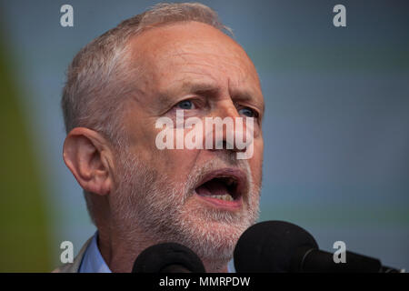 London, UK. 12th May, 2018. Jeremy Corbyn, Leader of the Opposition, addresses tens of thousands of people attending a New Deal for Working People rally in Hyde Park organised by the TUC to call for more and better jobs and a more equal and prosperous country. - Stock Photo