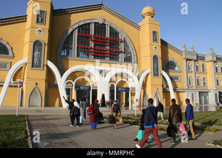 Addis Ababa, Ethiopia. 11th May, 2018. People walk into a station of the Ethiopia-Djibouti railway in Addis Ababa, capital of Ethiopia, on May 11, 2018. The 752-km railway links Ethiopia's capital Addis Ababa and the Red Sea nation of Djibouti. It is one of the many Chinese-built and -funded infrastructure projects that have sprung up on the African continent in recent years. Credit: Lyu Tianran/Xinhua/Alamy Live News - Stock Photo